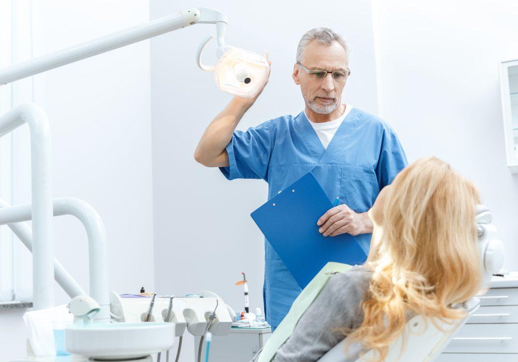 Тяжелая болезнь десен связана с повышением риска гипертонии на 49%