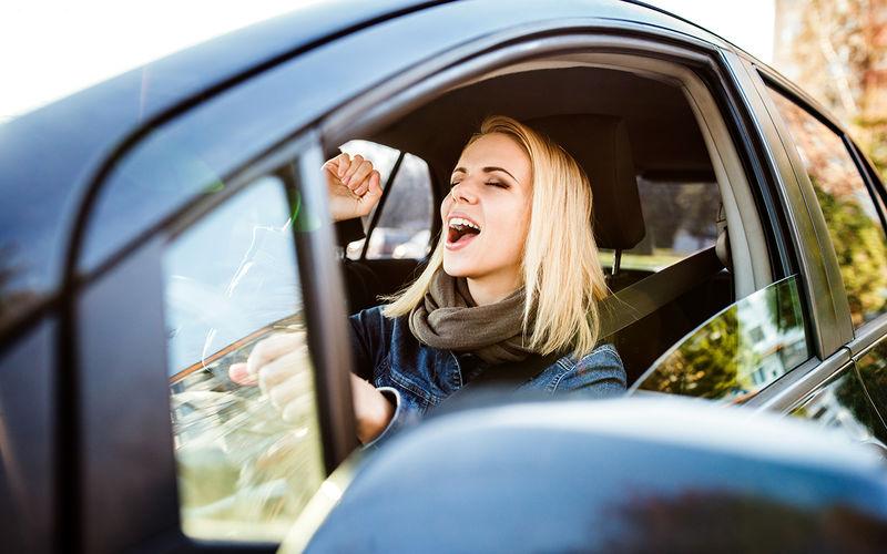 Прослушивание музыки во время вождения может помочь успокоить сердце