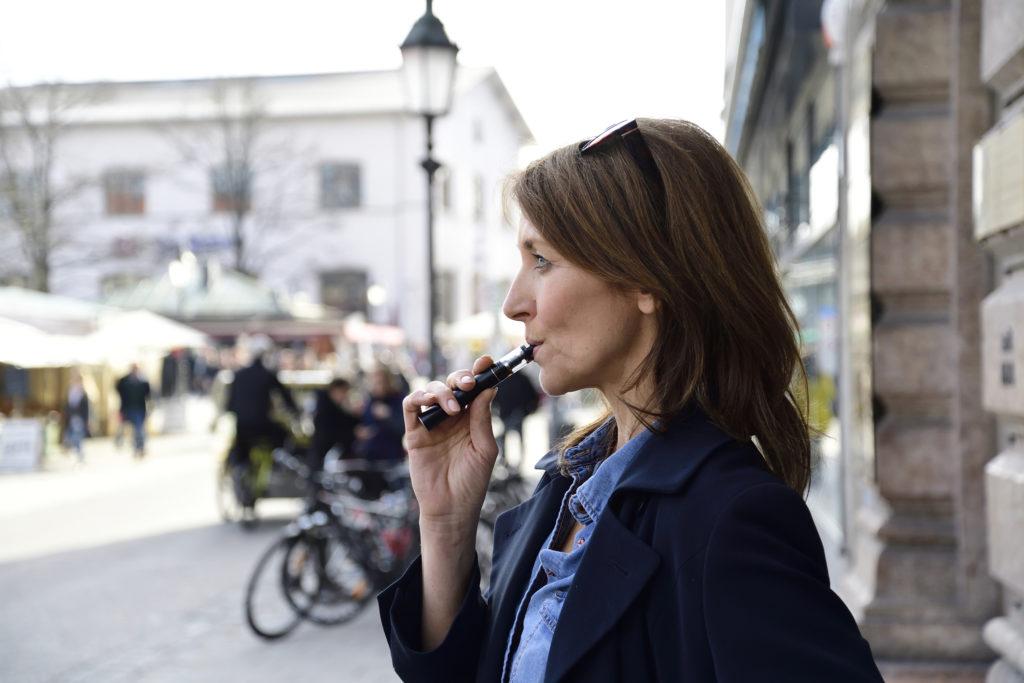 Риск инсульта выше у пациентов с COVID-19, которые курят или вейпируют