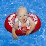 Купание младенцев с кругом: как и когда начинать?